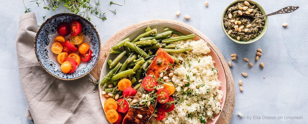 Basische Ernährung mit Blumenkohlreis, grünen Bohnen und Lachs